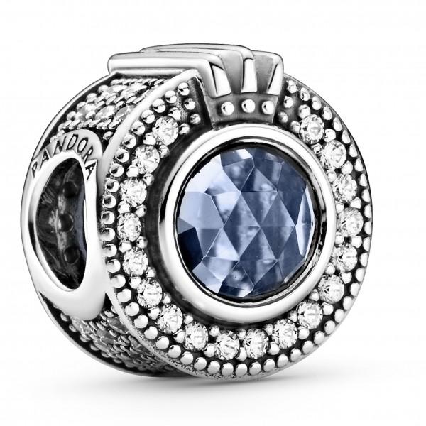 Funkelndes blaues Crown O PANDORA Charm 799058C01